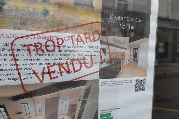 Les biens à la vente sont pris d'assault à Ambérieux en Dombes par les Lyonnais / © ALEXANDRE CHASSIGNON / FRANCE-BLEU MAINE