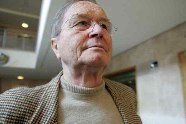 Maurice Agnelet sortant de la Cour d'Assises d'Aix-en-Provence en octobre 2007, il sera condamné à 20 ans de prison pour l'assassinat de sa maîtresse Agnès Le Roux