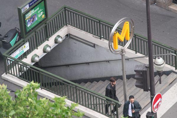 Une femme a été poussée du haut d'un escalier d'une bouche de métro. (Illustration)