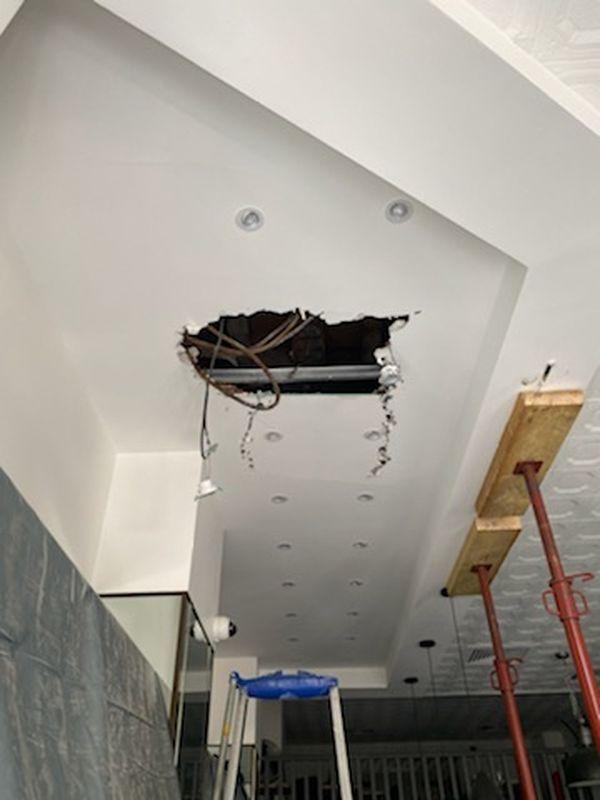 Les câbles ont permis de limiter les dégâts, et de retenir la barre de fer tombée du plafond sur le faux plafond.