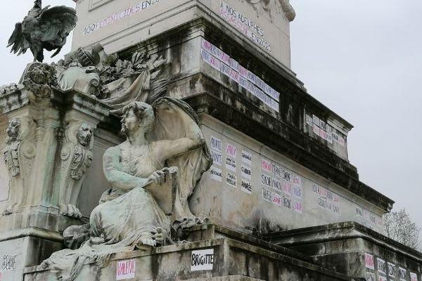 Les noms ont été inscrits sur le monument des Girondins dans la nuit du 6 au 7 mars place des Quinconces à Bordeaux.