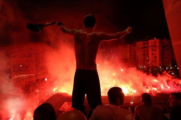 Ángel Di María célèbrant la qualification face aux supporters parisiens, devant le Parc des Princes.