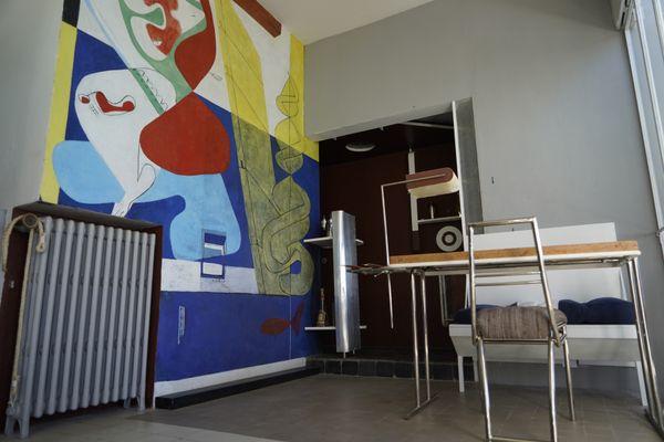 Dans la pièce principale de la villa E-1027, l'espace restauration.