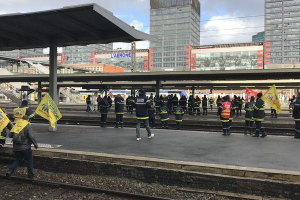 La circulation des trains a été brièvement interrompue à la gare Lille-Flandres par la manifestation des pompiers ce lundi.