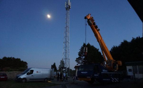 La construction de l'antenne s'est terminée à la nuit tombée.