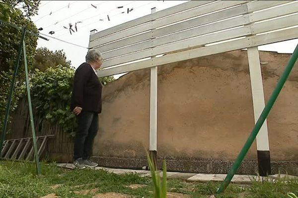 Eliane a installé une barrière dans son jardin pour être moins vu par les prisonnières