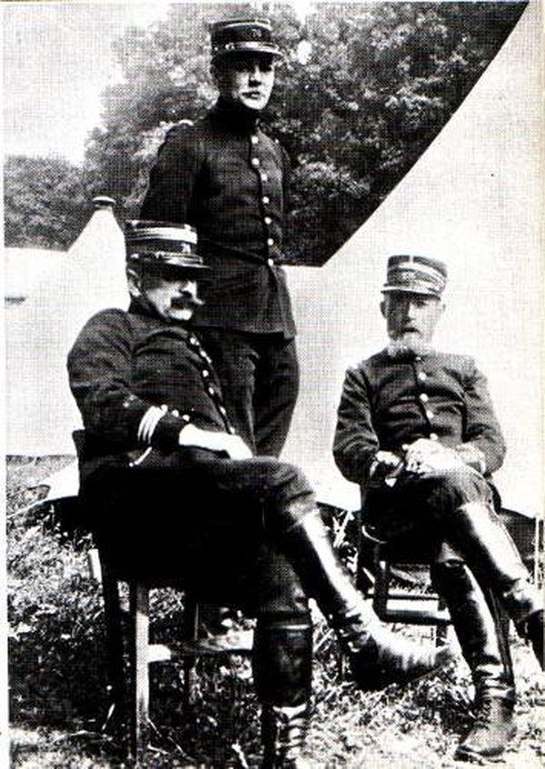 Le lieutenant Péguy, à droite.