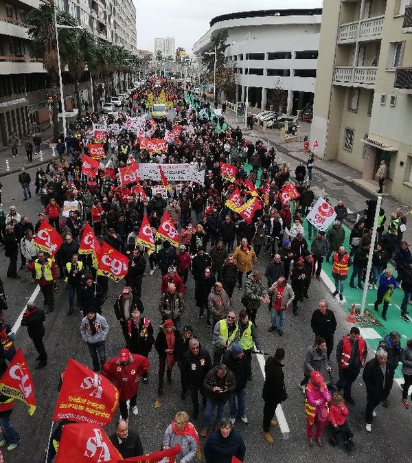 Le cortège des manifestants, à Toulon, avenue Franklin Roosevelt, ce mardi 17 décembre.