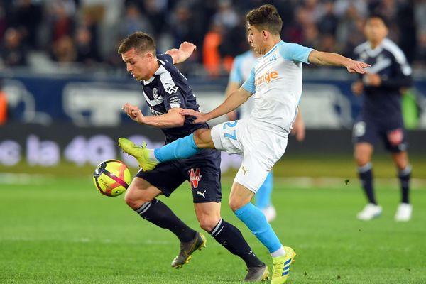 05/04/2019 - Le Bordelais Nicolas De Preville (G) à la lutte avec le Marseillais Maxime Lopez lors de la 31e journée de Ligue 1, au stade de Bordeaux.