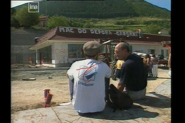 En 1999, un centaine de paysans mènent une action coup de poing et démonte le restaurant Mac Donald de Millau