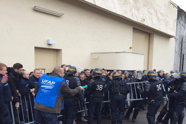 Face à face entre gardiens et CRS devant les portes des établissements de Moulins-Yzeure