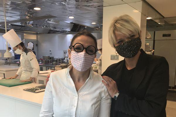 """La cheffe étoilée Anne-Sophie Pic aux côtés de Frédérique Faveron, créatrice des masques """"Podevache"""" - Juin 2020"""