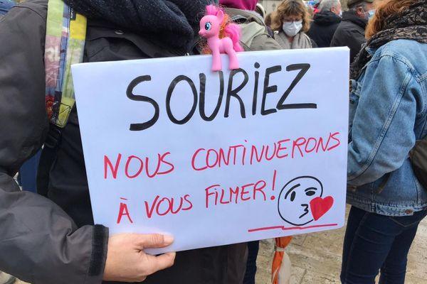 Une des pancartes contre la loi de sécurité globale, lors de la dernière manifestation à Montpellier le 28 novembre 2020.