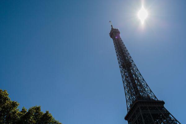 La Tour Eiffel, sous le soleil, le 24 août.