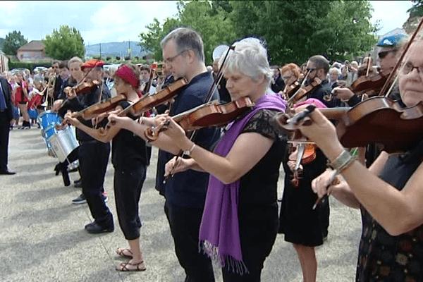 """La troupe """"Les violons du Jura"""" au défilé du 14 juillet à Champagnole, le 14/07/2017."""