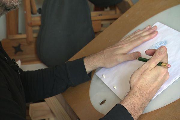 Avant d'utiliser les outils numériques, les élèves de Sylvain Chomet devront passer par le crayon et le papier.