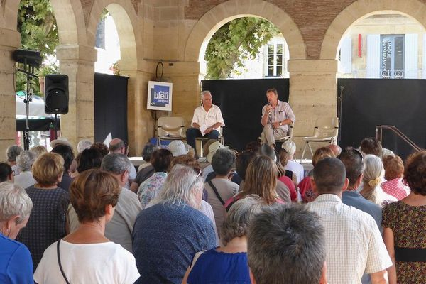 """Pierre Lemaitre (au fond à droite) lors de la première édition du festival """"Lire en Bastides"""" en 2017 à Lalinde."""