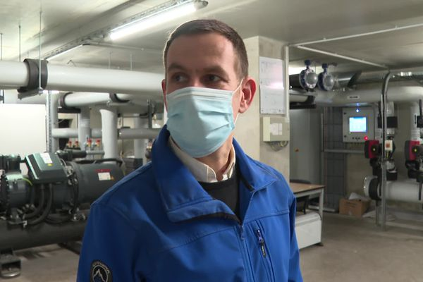 Romaric David, dans la salle contrôlant la réfrigération du centre de données de l'université de Strasbourg.