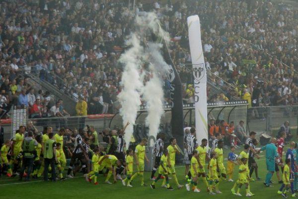 L'entrée des joueurs sur le terrain dans une ambiance de feu.
