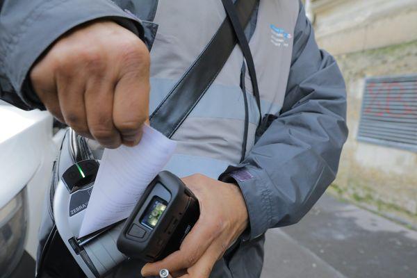 Les nouveaux agents contrôleurs de stationnement payant à Paris sont employés par deux sociétés privées, Moovia et Streeteo.
