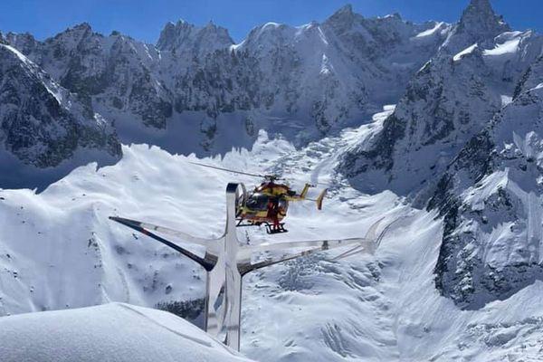 Dragon 74 l'hélico de la sécurité civile au-dessus du Christ du secours en montagne à Chamonix