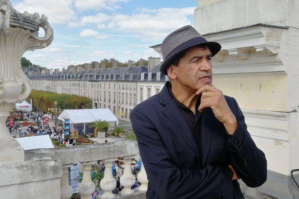"""Daniel Picouly sur la terrasse de l'Arc Héré à Nancy, à l'occasion de l'enregistrement de sa """"boite à Je"""", pendant le Livre sur la Place 2018."""