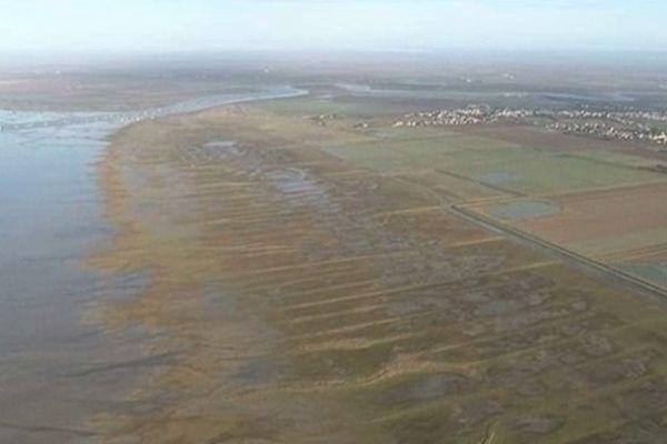 Vue aérienne de Charron et des digues