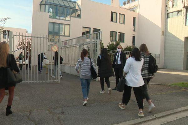 Les élèves à l'entrée d'un lycée de Nice.