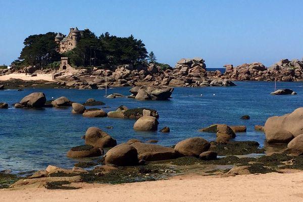 Le château de Costaérès sur la plage Saint-Guirec à Ploumanac'h.
