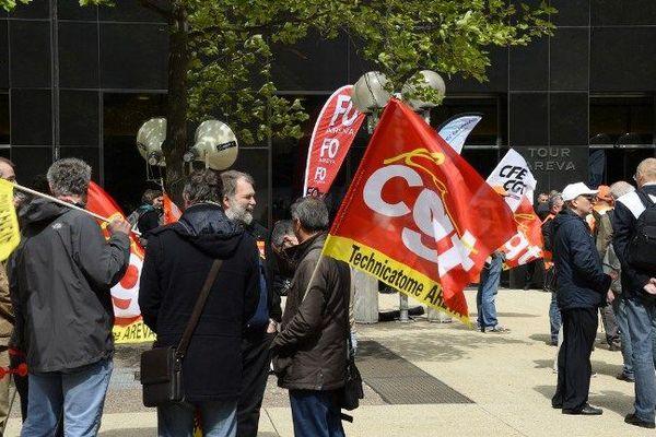 Des employés du groupe nucléaire Areva manifestent devant le siège social du groupe à La Défense, près de Paris, le 2 juin 2015.
