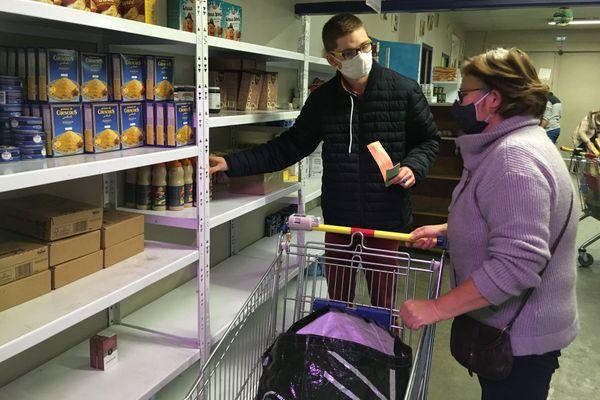 Julien, en chômage partiel, vient aider bénévolement des associations caritatives