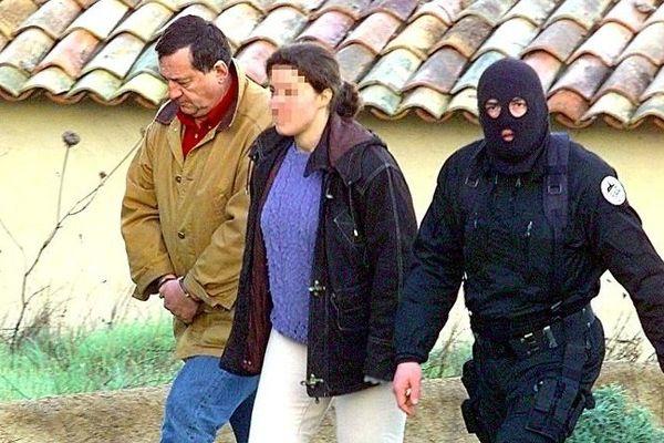 Ajaccio : des membres du RAID accompagnent le leader nationaliste corse ex-CUNCULTA, Marcel Lorenzoni (G), lors d'une perquisition effectuée, le 10 février 1998 au petit matin dans une villa proche d'Ajaccio, dans le cadre de l'enquête sur l'assassinat du préfet Claude Erignac.
