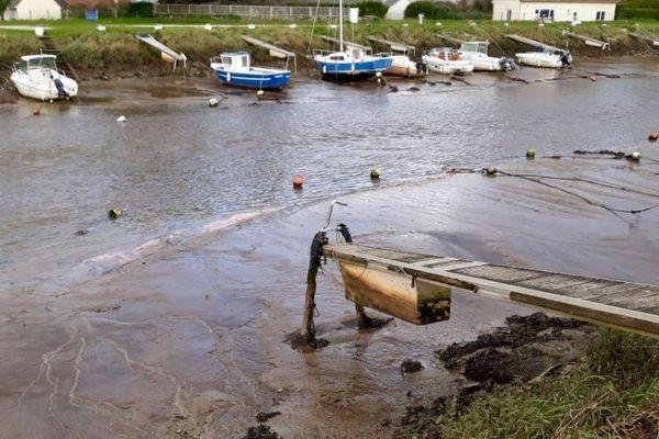 Le port de Quinéville a été pollué à la suite d'une fuite de fuel