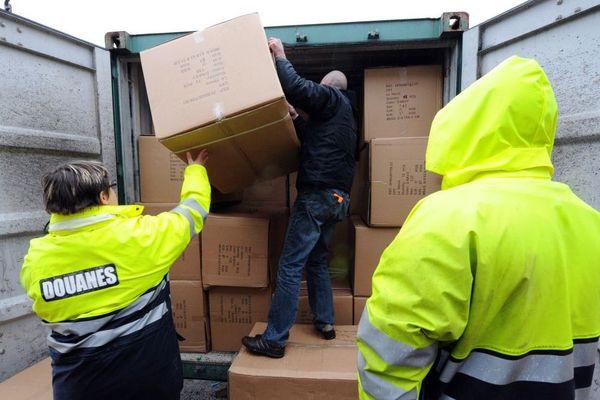 Archives : les douaniers du port du Havre en train d'effectuer le contrôle d'un conteneur, le 20 janvier 2009 au Havre