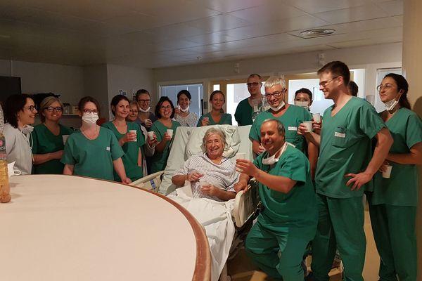 Philippe Ambiaux, entouré par les soignants après 69 jours de réanimation à l'Hôpital de Guéret.