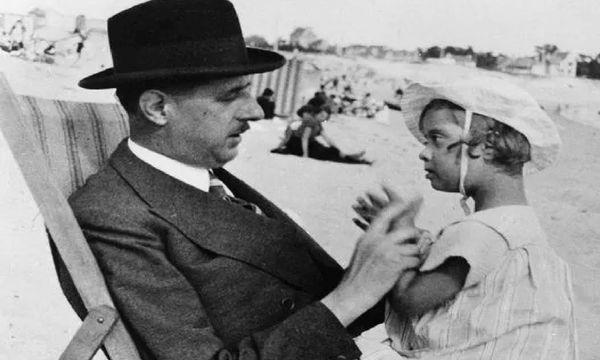 Charles de Gaulle et sa fille Anne sur la plage de Bénodet en 1933