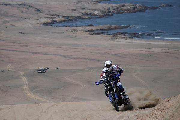 Le pilote Xavier De Soultrait à bord de sa Yamaha durant le Dakar 2018 (deuxième étape) autour de la cité péruvienne de Pisco, le 7 janvier 2018.