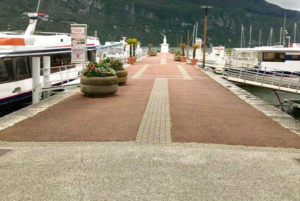 Quai d'embarquement des bateaux touristiques sur la lac du Bourget à Aix-les-Bains