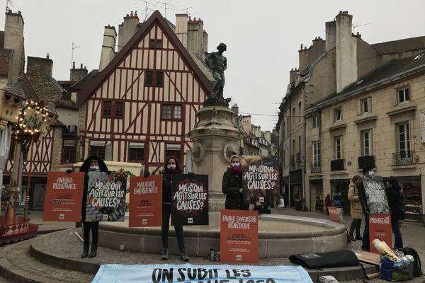 Une dizaine de manifestants de L214 ont investi la place François-Rude de Dijon ce matin du 16 janvier 2021.
