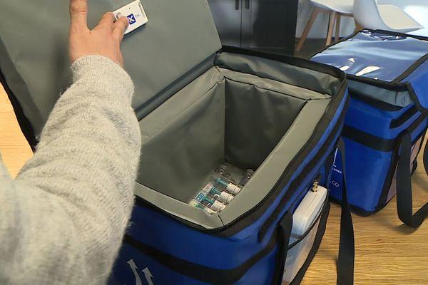 Sacoche de transport du vaccin anti-Covid équipé du capteur de traçabilité de température de la start-up montpelliéraine Koovea