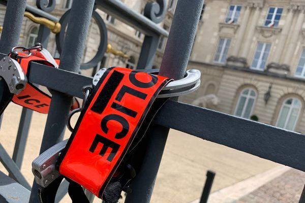 Les policiers ont accroché brassards, menottes et casques aux grilles de la préfecture de l'Aube pour montrer leur mécontentement
