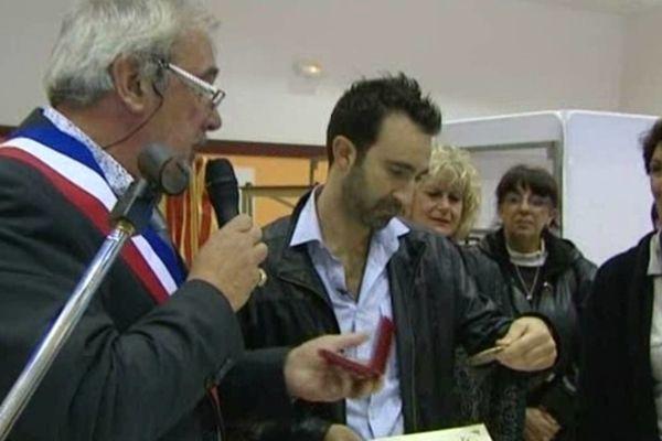 Saleilles (Pyrénées-Orientales) - Mathieu Madénian reçoit la médaille de la ville des mains du maire - novembre 2011.