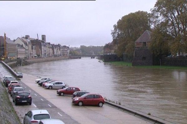 Le Doubs est bien haut ce matin à Besançon...