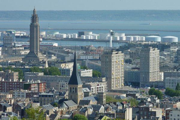 Le Havre et une partie du port avec en arrière plan la Seine