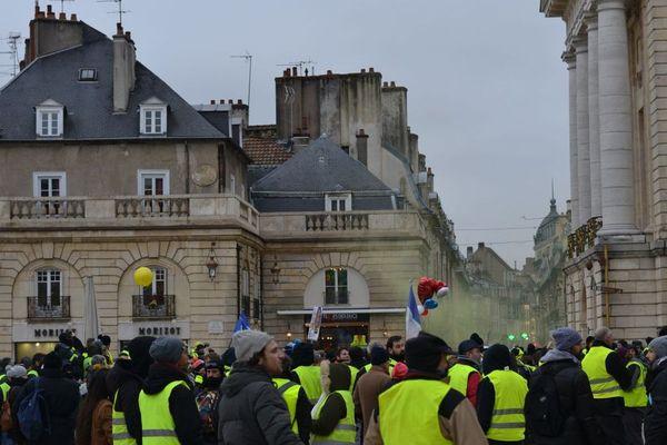 """Le cortège des """"gilets jaunes"""" a fait un arrêt place de la Libération, à Dijon, samedi 2 février 2019."""