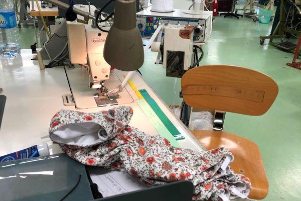 """Un modèle """"Fleurs Pois & Cie"""" en fabrication dans l'atelier """"7 Fashion""""."""