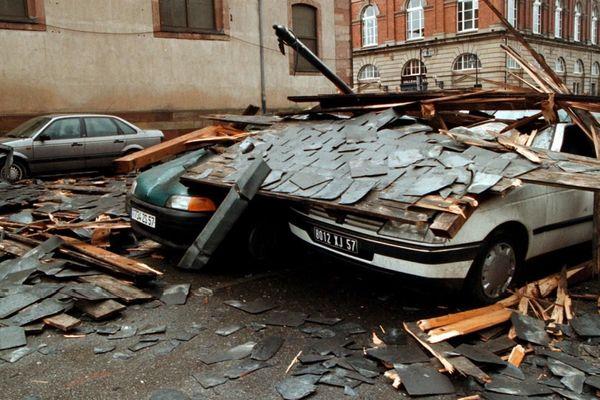 Sur la photo, à Sarrebourg en Moselle, le clocher de l'église s'est effondré après la tempête. (1999)