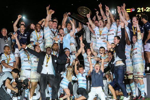 Les joueurs du Racing 92 soulèvent le Bouclier de Brennus, symbole de la victoire en Top 14, le 24 juin 2016.