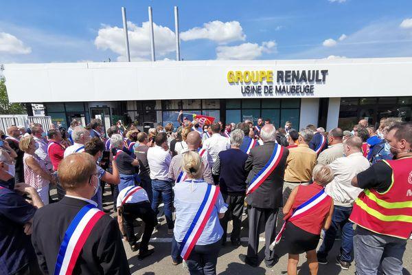 Manifestation rassemblant des syndicats et des élus devant l'usine Renault MCA de Maubeuge