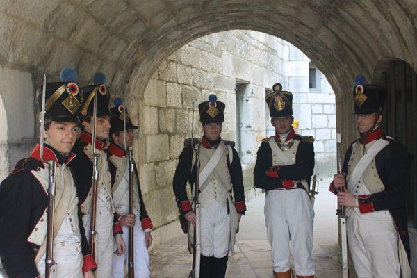 Benoit Gouriou, au centre, en uniforme de fantassin des armées napoléoniennes en compagnie de l'association les conscrits du Languedoc.